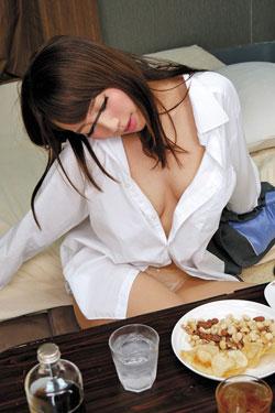 【VR】VR長尺 厳しい女上司が酔っ払ってツンデレ まさかのイチャラブセックス!!ボクが勤めている会社の女上司は可愛くてスタイルもいいのだがとにかくボクに厳しい!今日も飲みに付き合わされて説教がスタート!!3
