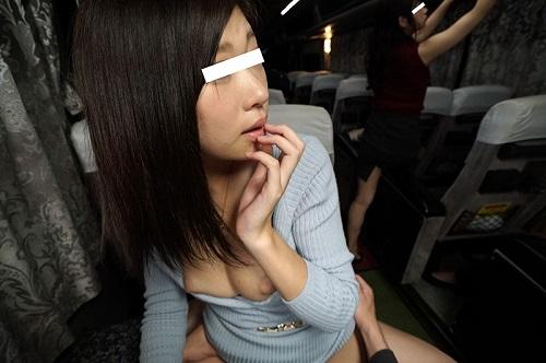 【VR】VR長尺 夜行バスで乗り合わせた女性がカラダをすり寄せ誘惑。バレないように耳元で囁かなれがらHしたら、 それに気づいた別の乗客からも誘惑されSEXしてしまいました。静岡~新宿編【現行最高画質】3